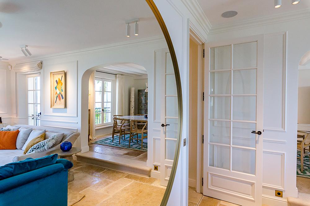 projet-architecture-interieure-salon-miroir-villa-Gassin-FG-Design